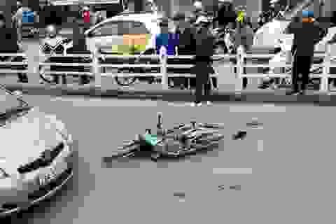 Hà Nội: Đâm vào cột đèn, 2 người đàn ông nhập viện nguy kịch