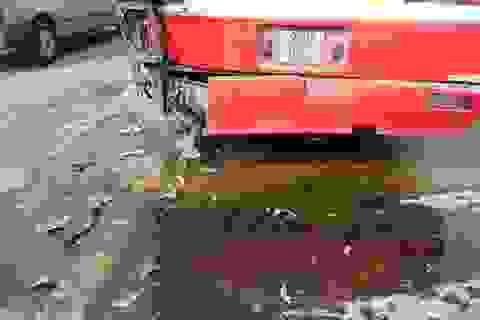 Hà Nội: Xe tải tông xe buýt, hàng chục hành khách hoảng loạn