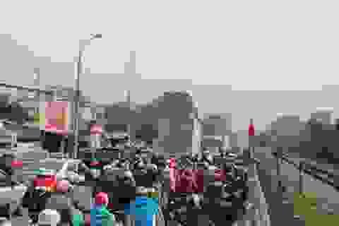 """Dòng người về quê ăn Tết """"chôn chân"""" trên quốc lộ 1A"""