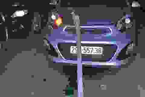 """Hà Nội: Thanh thép """"trên trời"""" rơi lõm đầu xe ô tô"""
