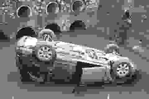 """Hà Nội: Xe Audi Q7 """"phơi bụng"""" dưới mương"""