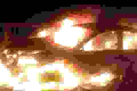 Hà Nội: Ô tô bốc cháy dữ dội tại đường trên cao