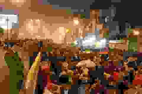 Hà Nội: Ngàn người đội mưa ngồi giữa đường cầu an