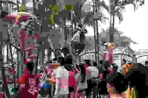 """Vụ """"vỡ trận"""" công viên nước Hồ Tây: Không ngờ đến tình huống trèo rào!"""