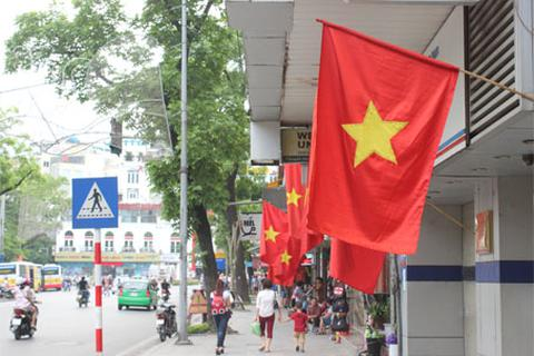 Hà Nội: Cờ tổ quốc đỏ rực khắp phố phường mừng ngày 30/4