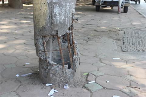 """Hà Nội: """"Thần chết"""" đứng trước cổng trường tiểu học"""