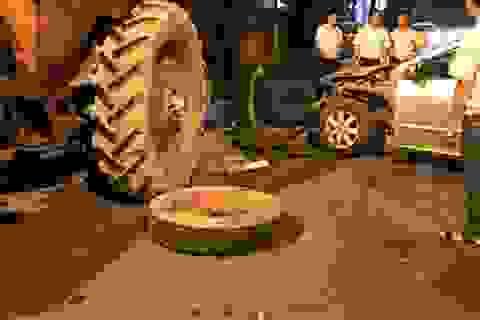 Hà Nội: Ô tô 4 chỗ nát đầu sau cú tông xe máy kéo