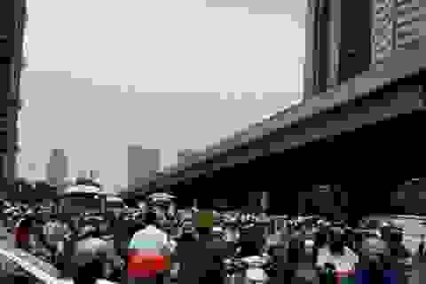 """Hà Nội: Dòng người """"bò"""" trong mưa giông vào giờ tan tầm"""