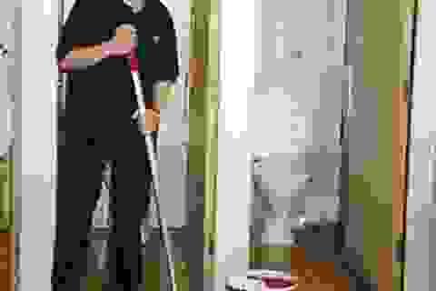 Vi phạm nội quy, sinh viên Cambridge cũng phải đi... cọ toilet