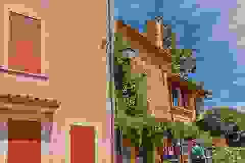 Ngắm ngôi làng bằng đất son đẹp như tranh vẽ ở Pháp