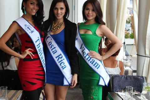 Hoa khôi Thể thao Hương Thảo tươi tắn bên các thí sinh Hoa hậu Siêu quốc gia