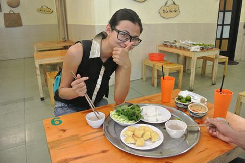 """Thiên Trang gặp thử thách với """"bún đậu mắm tôm"""""""