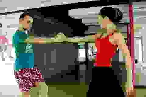 Lan Phương và bạn nhảy Tây hăng say luyện điệu tango