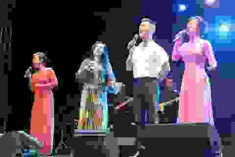 """30.000 khán giả hát """"Nối vòng tay lớn"""" nhớ Trịnh Công Sơn"""