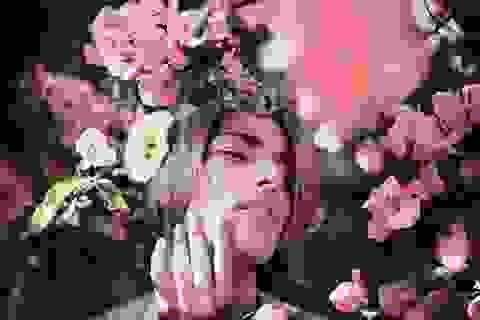 Vanessa Soares lãng mạn bên hoa lá