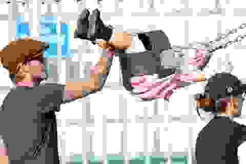 Harper Beckham được bố đưa đi chơi công viên