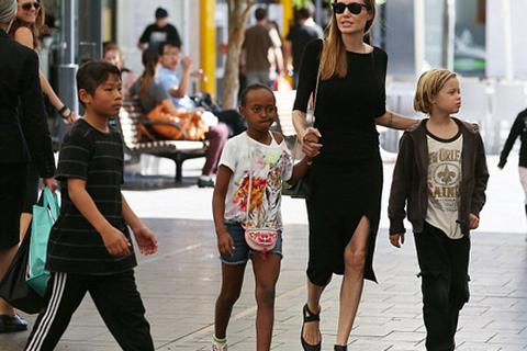"""Đại gia đình Pitt - Jolie xuất hiện trên phố """"hút"""" thợ săn ảnh"""