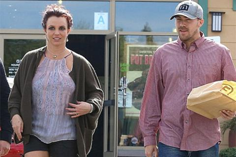 Britney đi ăn trưa cùng bạn trai