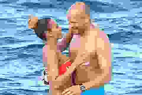 Cựu thành viên Spice Girls tình tứ với chồng trên biển