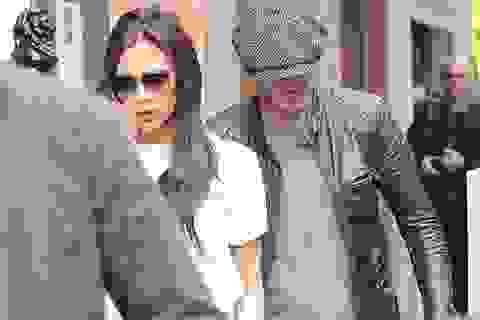 Victoria Beckham sành điệu ra phố cùng chồng