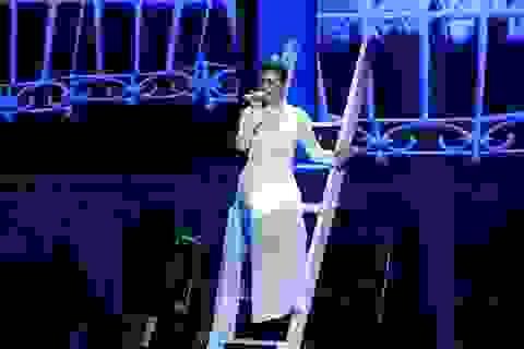 Khánh Linh nền nã với áo dài tinh khôi