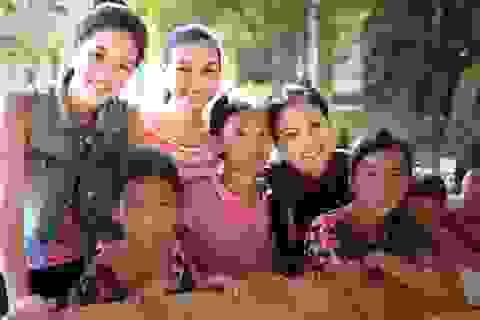 Người đẹp áo dài Khánh Vân tích cực làm từ thiện