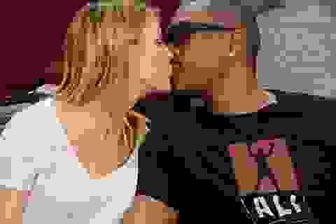 Nam diễn viên U60 tình tứ với bạn gái tại sân bóng rổ