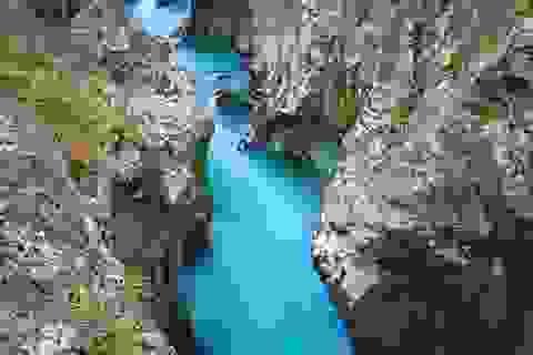 """Dòng sông kỳ lạ mang màu xanh lục bảo đẹp như """"chốn thần tiên"""""""