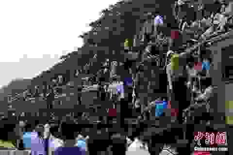 Sốc với cảnh hàng ngàn người đu bám lên tàu hỏa về quê đón lễ