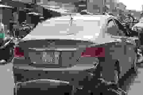Bị kiểm tra giấy tờ, nữ tài xế lái xe bỏ chạy