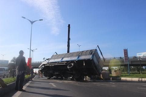 Xe tải lật, hơn 5 tấn hóa chất đổ tràn đường