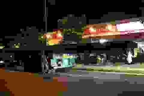 2 xe đầu kéo ngang nhiên chở hàng quá khổ qua trong nội ô thành phố