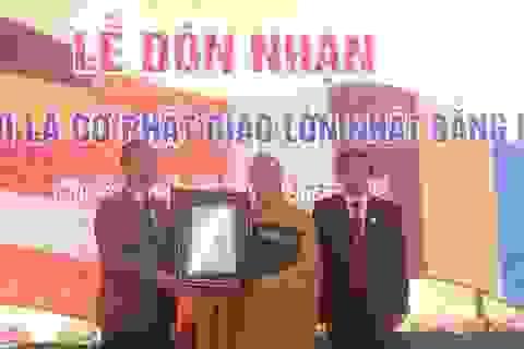 Đón nhận Kỷ lục Lá cờ Phật giáo bằng hoa tươi lớn nhất thế giới