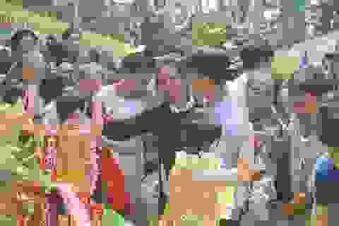 Hàng nghìn người nô nức tham gia lễ tắm Phật tại chùa Trăm Gian