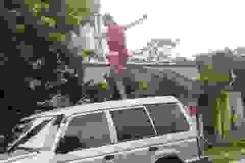 Người phụ nữ nhảy múa kỳ quặc trên nóc xe lãnh đạo huyện
