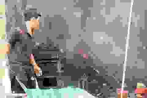 Dùng xe tải húc đổ cánh cửa cứu ki ốt đang cháy