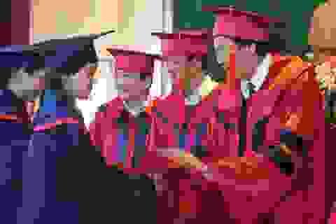 Sinh viên Lào nhận bằng tốt nghiệp
