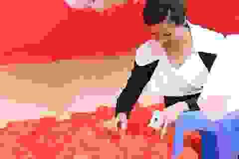 Hoa hậu Bùi Thị Hà, Lý Nhã Kỳ tới thăm bệnh nhân ung bướu