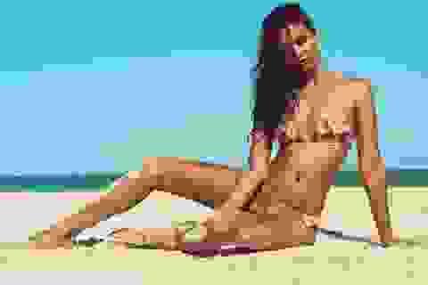 Siêu mẫu Úc sexy trong chiếc váy siêu mỏng siêu hở