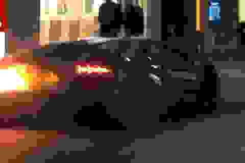 Siêu xe Lamborghini Aventador bốc cháy khi đang nẹt pô