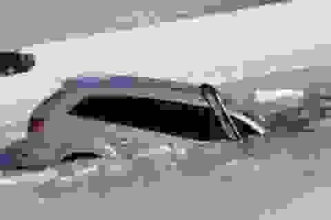 Audi Q7 rơi xuống hồ băng