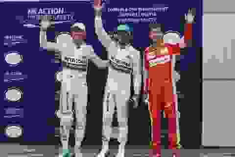 Hamilton có được pole trong chiều mưa tại Sepang