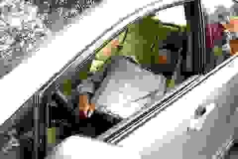 Hà Nội: Tông cột điện, tài xế tiếp tục ngủ ngon lành trong xe