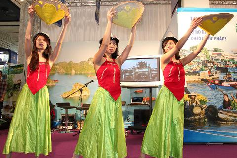 """Sinh viên Việt """"ghi điểm"""" tại Hội chợ Quốc tế Nice (Pháp)"""