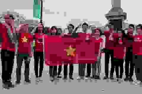 Du học sinh Việt hát Quốc ca giữa trung tâm London