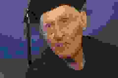 70 tuổi đi học, có 3 bằng thạc sĩ và 1 bằng cử nhân