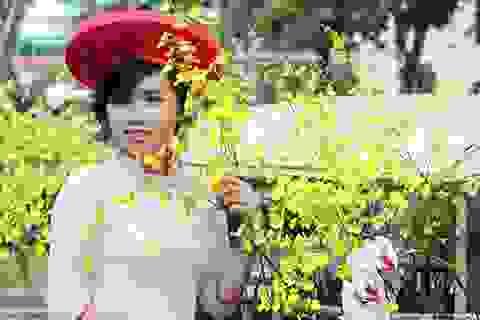 Thiếu nữ Sài Gòn tha thướt áo dài dạo Hội hoa