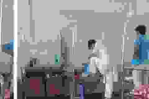 Bác sĩ giẫm chân lên giường bệnh xin từ chức