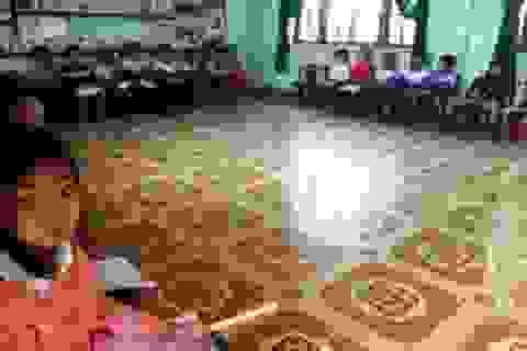 Quảng Bình: Học sinh kê ghế chép bài, trường vẫn đạt chuẩn Quốc gia 3 lần!