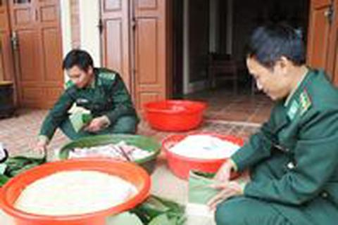 Gói bánh chưng dâng cúng Đại tướng tại Vũng Chùa - Đảo Yến